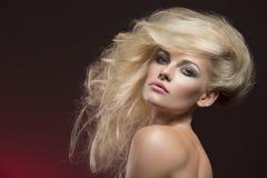 Mädchen mit netter kreativer Frisur Lizenzfreie Stockfotos