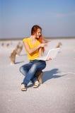 Mädchen mit Notizbuch Stockbild