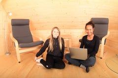 Mädchen mit Notizbuch Lizenzfreies Stockfoto