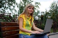 Mädchen mit Notizbuch im Park Lizenzfreie Stockfotos
