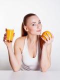 Mädchen mit Orangensaft lizenzfreie stockfotos