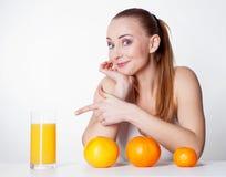 Mädchen mit Orangensaft stockfoto