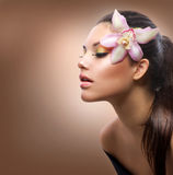 Mädchen mit Orchidee-Blume Stockfotos