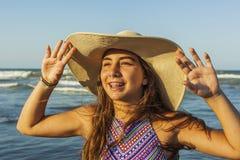 Mädchen mit Orthodontie am Strandsommer-Hut adm des Strandes tragenden Lizenzfreies Stockfoto