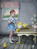 Mädchen mit Ostereiern und Hühnern. stockfotografie