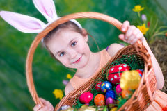 Mädchen mit Osterkörbchen und Hasenohren. Girl with an easter basket and bunny-ears Stock Photography