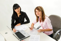 Mädchen mit Papieren und Laptop Lizenzfreie Stockbilder