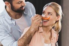 Mädchen mit Paprikapfeffer als Schnurrbart Stockfotos