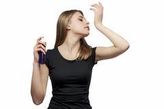 Mädchen mit Parfüm stockfotos