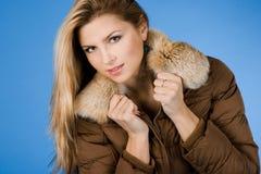 Mädchen mit Pelz auf Mantel stockfotografie