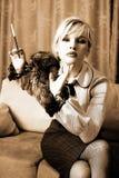 Mädchen mit Pelz und Zigarette Stockfoto