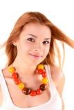 Mädchen mit Perlen von den Tomaten Stockfoto