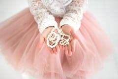 Mädchen mit Perlenperlen in ihren Händen Lizenzfreie Stockfotografie
