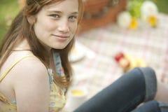Mädchen mit Picknick-Decke Stockfotos