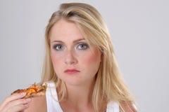 Mädchen mit Pizza lizenzfreie stockfotografie