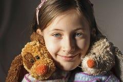 Mädchen mit Plüschhaustieren Lizenzfreie Stockfotos