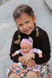 Mädchen mit Puppe Lizenzfreie Stockbilder