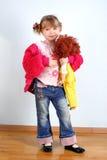 Mädchen mit Puppe am Raum Stockbild