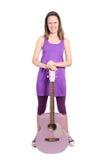 Mädchen mit purpurroter accoustic Gitarre Stockfoto
