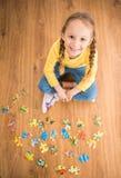 Mädchen mit Puzzlespiel Lizenzfreie Stockfotos