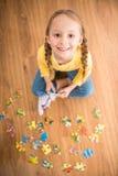 Mädchen mit Puzzlespiel Stockfotos