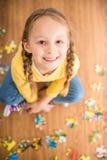 Mädchen mit Puzzlespiel Stockfotografie