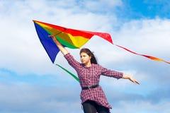 Mädchen mit Regenbogendrachen Stockfoto