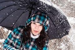 Mädchen mit Regenschirm im Schnee stockfoto