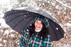Mädchen mit Regenschirm im Schnee lizenzfreie stockbilder