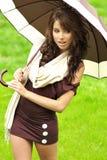 Mädchen mit Regenschirm oudoors Stockfotografie