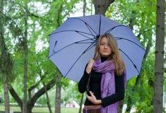 Mädchen mit Regenschirm und Schal Stockfotografie