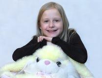 Mädchen mit reizendem Spielzeug lizenzfreies stockfoto