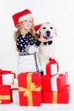Mädchen mit Retrieverhund tragen Weihnachtshüte Stockbild
