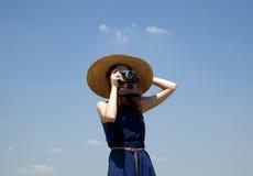 Mädchen mit Retro- Kamera am blauen Himmel lizenzfreie stockfotos