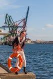 Mädchen mit Rettungsgürtel auf dem Ufer Lizenzfreie Stockfotografie