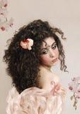 Mädchen mit rosa Orchidee Stockbilder