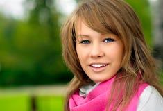 Mädchen mit rosafarbenem Schal Lizenzfreie Stockbilder