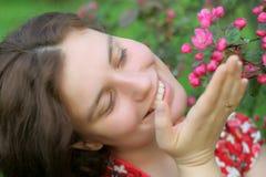 Mädchen mit rosafarbenen Blumen Stockbilder