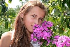 Mädchen mit rosafarbenen Blumen lizenzfreie stockfotografie