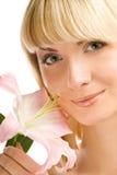 Mädchen mit rosafarbener Lilie Stockbilder