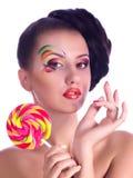 Mädchen mit Rosaspiralenlutschern Stockfoto