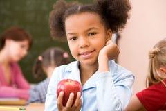 Mädchen mit rotem Apfel Stockbild