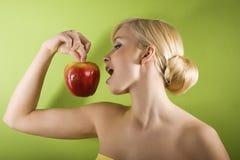 Mädchen mit rotem Apfel Stockfotos