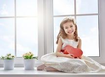 Mädchen mit rotem Herzen lizenzfreie stockbilder