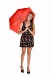 Mädchen mit rotem Regenschirm. lizenzfreie stockfotos
