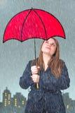 Mädchen mit rotem Regenschirm Stockbilder