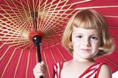 Mädchen mit rotem Regenschirm lizenzfreies stockfoto