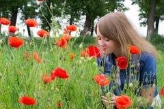 Mädchen mit roten Mohnblumen stockbild