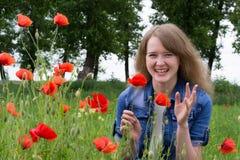 Mädchen mit roten Mohnblumen stockfoto