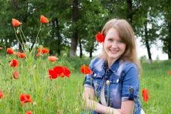Mädchen mit roten Mohnblumen stockfotos